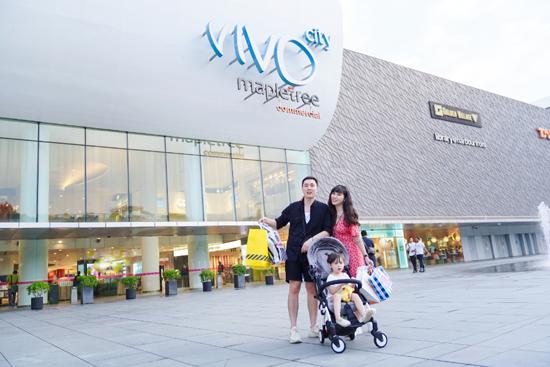 Điểm đến tiếp theo của gia đình Cam Cam là Vivo City Singapore mang đến trải nghiệm mua sắm toàn diện với tất tần tật những thương hiệu không dễ dàng tìm thấy ở nơi khác. Với những gia đình bận rộn và muốn vào một nơi để mua đồ, trung tâm thương mại là điểm đến không nên bỏ qua.