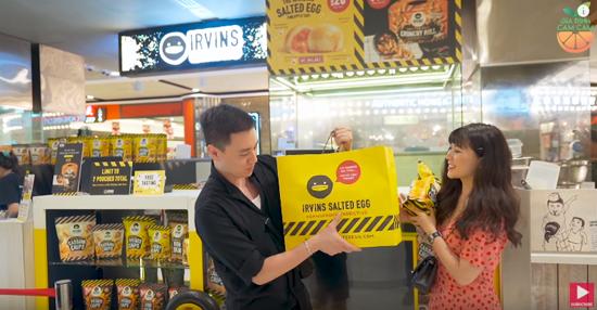 Bắt đầu hành trình, gia đình đến IRVINS, cửa hiệu thức ăn vặt nổi tiếng của Singapore với đặc sản da cá, khoai tây trứng muối, du khách dường như không mất thời gian chờ đợi.