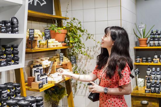 Là tín đồ của các sản phẩm thiên nhiên, Loan Hoàng cũng rẽ vào Lush - thương hiệu mỹ phẩm hữu cơ nổi tiếng để chọn cho mình những quả bom tắm (bath bomb) với mùi hương tinh tế. Tuy chưa quen thuộc lắm với người Việt, thương hiệu Lush nổi tiếng ở Singapore với các sản phẩm thân thiện với môi trường.