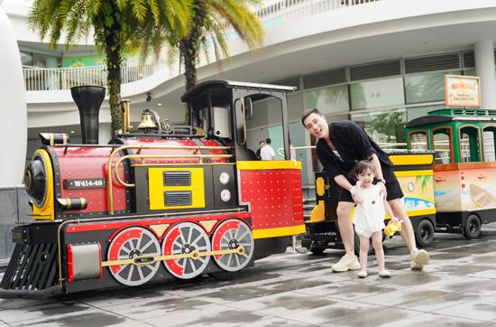 Kết thúc một ngày mua sắm, vui chơi thú vị, Kiên Hoàng và công chúa nhỏ cùng nhau dạo một vòng quanh Vivo City Singapore trên đoàn tàu Choo Choo Train, thiết kế mô phỏng những chuyến tàu từ thế kỷ 19 với bánh xe lửa, khói không độc hại. Choo Choo Train giúp cả gia đình anh tận hưởng không khí trong lành góc nhìn tuyệt đẹp hướng về đảo Sentosa nổi tiếng.