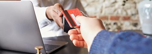 Chuyên gia du lịch khuyên khách khi quẹt thẻ trả tiền phòng nên xem lại hóa đơn. Ảnh: Smarter travel.