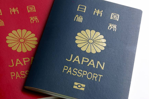 Ba năm trở lại, hộ chiếu Nhật Bản, Singapore và Hàn Quốc luôn nằm trong top đầu những cuốn hộ chiếu quyền lực nhất thế giới. Ảnh: Japan Times.