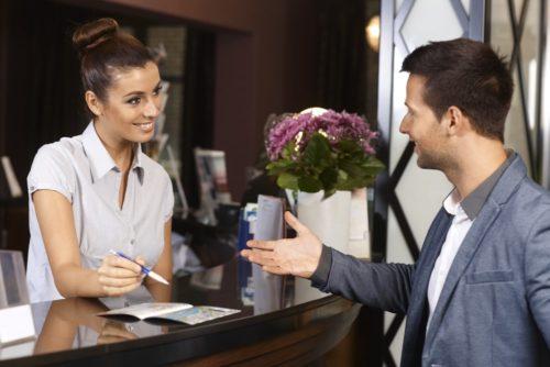 Nếu bạn muốn nhận phòng sớm, bạn có thể gửi mail cho khách sạn để hỏi lúc đặt phòng. Ảnh: Fluentu.
