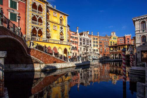 Ở Mediterranean Harbor, du khách trải nghiệm cảm giác thong dong đi thuyền trên dòng sông không khác Venice