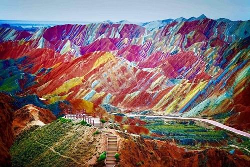 Dãy núi cầu vồng là một kỳ quan thiên nhiên thế giới UNESCO năm 2009. Ảnh: Forbes.