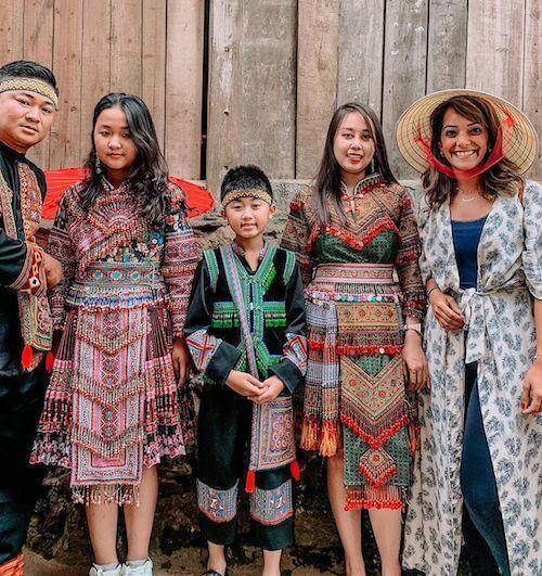 Fatima đội nón lá và hào hứng chụp cùng các du khách mặc trang phục truyền thống. Ảnh:NVCC.