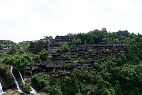 Kiến trúc nhà ở, cầu, hành lang ở Phù Dung trấn đều được xây dựng và cố định bằng gỗ. Ảnh: Lan Hương.