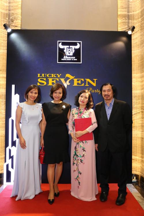 Bà Lê Vân Mây (áo dài màu hồng)chụp ảnh cùng các quan khách trong buổi tiệc Lucky Seven Party.