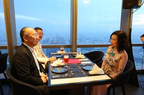 Nhà hàng với tầm nhìn hướng ra toàn bộ thành phố Sài Gòn hoa lệ.