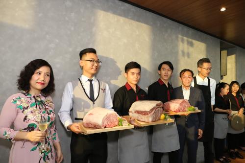 Thịt bò Wagyu với kỹ thuật Snow Aging ra mắt trong buổi khai trương.
