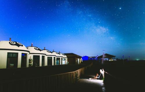 Thảo nguyên rộng lớn về đêm với không khí trong lành, không bị cản trở bởi ánh đèn là cơ hội để du khách ngắm nhìn bầu trời Nội Mông đầy sao huyền ảo.