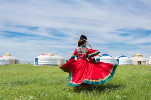 Lễ hội tổ chức vào tháng 7 hằng năm với ba môn thể thao truyền thống là đấu vật, đua ngựa và bắn cung. Ngoài ra còn có các hoạt động khác như polo, cưỡi ngựa và các cuộc thi bóng khác song song các màn biểu diễn múa, hát truyền thống.
