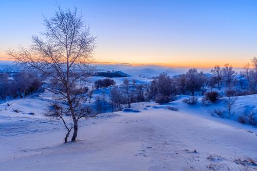 Khí hậu đặc trưng nơi đây là gió mùa lục địa ôn đới, mùa đông lạnh kéo dài và chênh lệnh nhiệt độ cao, trung bình hàng ngày chênh lệch từ 13,5 đến 13,7 độ C. Vào một số thời điểm khắc nghiệt, nhiệt độ nóng nhất từng đo được là 38,5 độ C và lạnh nhất là -45 độ.