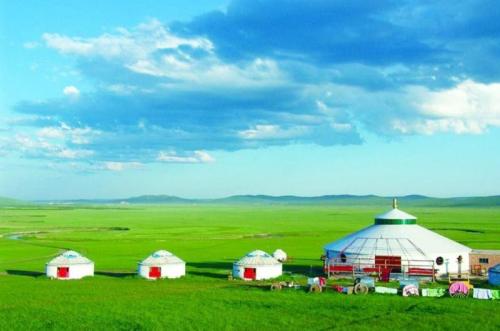 Nội Mông là khu tự trị rộng lớn tại phía Bắc Trung Quốc, diện tích gần 1,3 triệu km2với cảnh quan thiên nhiên tươi đẹp, tài nguyên du lịch phong phú cùng lịch sử văn hóa lâu đời. Tuy nhiên khí hậu tại khu vực này rất khắc nghiệt và có nhiều thay đổi theo mùa.