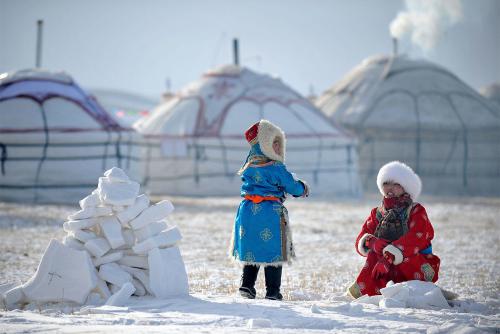 Mùa đông khắc nghiệt khiến người dân phải mặc quần áo dày để giữ ấm, ảnh hưởng đến sinh hoạt hằng ngày.