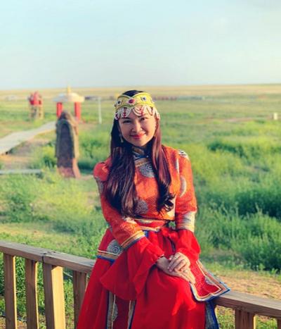 Thảo nguyên tươi đẹp với cỏ hoa mơn mởn giữa trời xanh mây trắng chào đón khách du lịch Nội Mông.