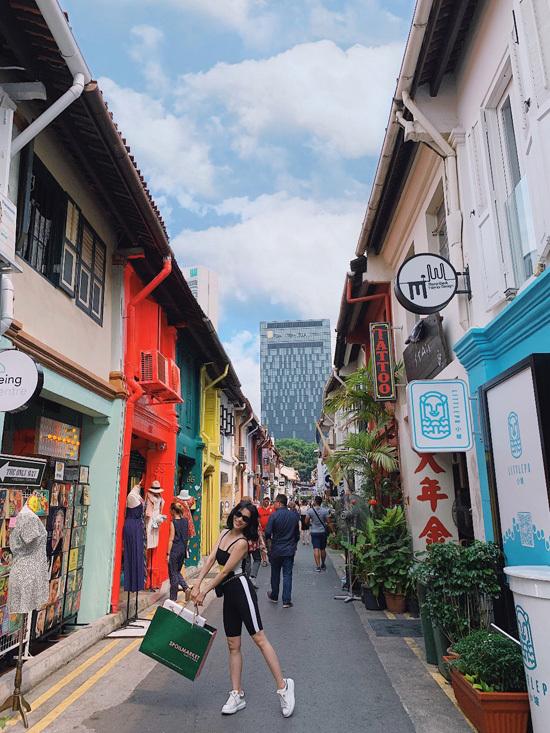 Không chỉ thu hút tín đồ mua sắm bằng hàng loạt thương hiệu quốc tế, Singapore nổi tiếng với thời trang độc đáo mang đậm dấu ấn bản địa. Là một beauty blogger có khả năng phối hợp trang phục khéo léo, Sĩ Thanh không ngại thử thách bản thân với những phong cách đa dạng, ấn tượng.  Mới đây trong chuyến du lịch đến đảo quốc Singapore, ca sĩ thỏa đam mê mix and match trang phục tại 4 địa chỉ mua sắm nổi tiếng.