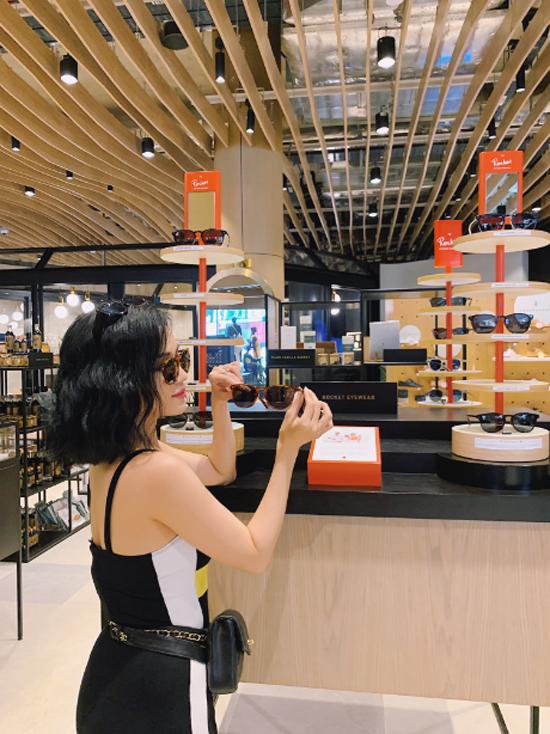 Nàng VJ thỏa thích chọn lựa từ các thương hiệu bản địa nổi tiếng tại nơi đây. Dành riêng cho du khách Việt, Design Orchard mang đến phiếu giảm giá lên đến đến 400.000 đồng với hóa đơn mua hàng trên 4 triệu đồng. Từ 15/6 đến 15/8, chỉ cần xuất trình hộ chiếu ở quầy thanh toán, bạn sẽ hưởng những ưu đãi này.
