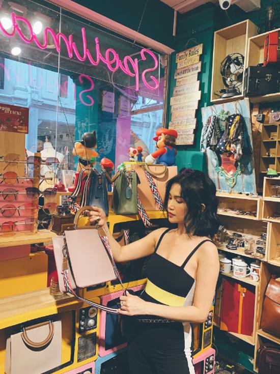 Nằm trong khu văn hóa Kampong Glam, Haji Lane hiện lên như một khu phố cổ xưa đầy màu sắc. Với những căn nhà kiêm cửa hàng, cửa hàng boutique nhỏ xinh, Haji Lane mang đến cho Sĩ Thanh cảm giác mới mẻ so với nét hiện đại, sang trọng ở trung tâm thương mại xuyên suốt hành trình.