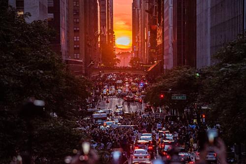 Năm nay, du khách đến New York đã ngắm nhìn cảnh hoàng hôn rực rỡ nhất vào 20h12 ngày 30/5 và ngày 29/5 theo múi giờ miền đông nước Mỹ. Ảnh:Mike Pont.