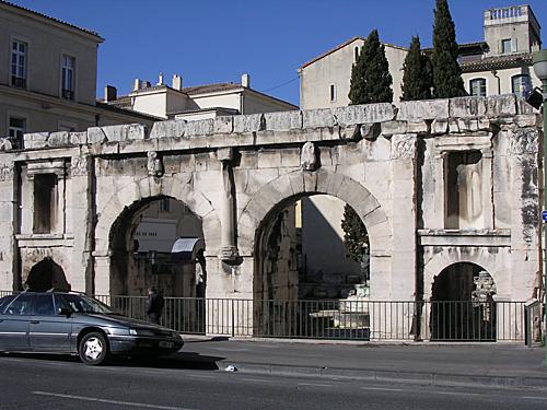 Cổng thành Porte d'August - ảnh: Wikipedia.