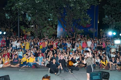 Khách sạn Rex Sài Gòn có lợi thế nằm ngay vị trí trung tâm, tọa lạc tại phố đi bộ Nguyễn Huệ nổi tiếng, nơi tập trung đông đúc mọi người ở mọi lứa tuổi. Còn các ban nhạc trẻ đầy tài năng, có thể chơi mọi thể loại nhạc. Sự kết hợp giữa Khách sạn Rex Sài Gòn và The Crowd Saigon sẽ mang đến những buổi diễn âm nhạc đường phố sôi động, được kỳ vọng sẽ thu hút quan tâm của nhiều bạn trẻ trong thời gian tới.