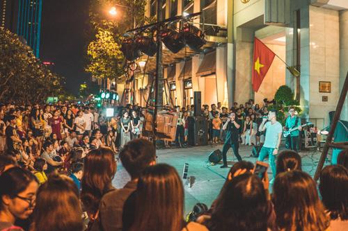 The Crowd Saigon dự định chiêu mộ thêm ban nhạc và những ai có năng  khiếu cùng tham gia biểu diễn. Riêng khách sạn Rex Sài Gòn sẵn sàng trở  thành địa điểm quen thuộc để mọi người tự tin thể hiện khả năng của  mình.