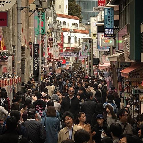 Khách Tây trên một con phố đông đúc tại Nhật Bản. Ảnh: @florianschura.