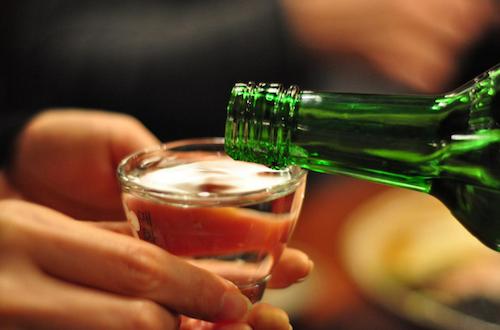 Rượu Soju là loại rượu không màu, có nồng độ cồn từ 16% đến 53%. Ảnh: Big Stock.