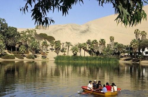 Du khách chèo thuyền trên hồ El Cascajo. Ảnh: AWL.
