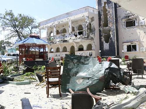 Khách sạn Asasey tan hoang sau cuộc khủng bố diễn ra vào đêm 12/3. Ảnh: News.
