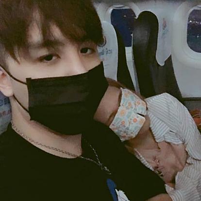 Liu dựa vào vai Xu và ngủ ngon lành trên máy bay. Ảnh: Facebook.