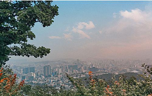 Toàn cảnh thành phố Seoul nhìn từ tháp Namsan. Ảnh: Hoàng Anh.