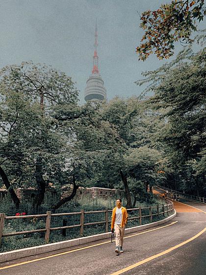Con đường đi bộ dẫn vào tháp Namsan. Ảnh: Hoàng Anh.
