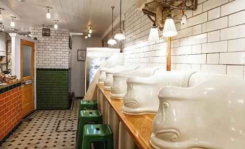 The Attendant là một nhà vệ sinh dưới thời Victoria, đã được chuyển đổi thành một quán cà phê độc đáo ở Foley Street, London. Ảnh: Nice That.