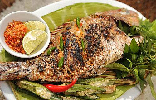 Cá tà maCá tà ma cũng là một đặc sản Lý Sơn, với phần thịt cá có độ dai, ngọt khá đặc trưng. Đặc biệt phần lườn được xem là chỗ ngon hiếm, vị béo rất riêng. Người dân Lý Sơn ăn cá theo mùa. Mùa hè nắng nóng thì nấu canh hẹ, canh chua, nấu lẩu, cháo; mùa đông đem đi nướng, thịt cá nướng nóng hổi trên bếp, vừa thổi vừa ăn, cũng có thể gắp phần thịt cá để ra riêng một cái đĩa nước mắm cá cơm nguyên chất cho thấm rồi ăn, vô cùng đậm đà.
