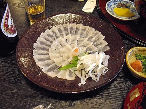 Sashimi cá nóc là món thách thức lòng can đảm của thực khách ở Nhật Bản. Ảnh: Pinterest.