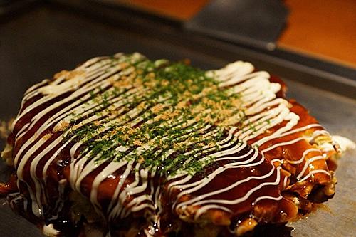 Trên cùng của okonomiyaki làlớpnước sốt nâu,mayonnaise, rong biển nori dạng bột và vảy khô. Ảnh:Pinterest.