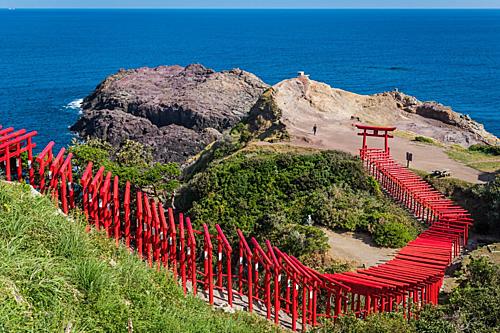 Con đường đỏ dài hơn 100 mdẫn ra đại dương. Ảnh: Japan Travel.