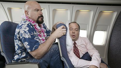 Không gian chật hẹp khiến nhiều người khó ngủ trên máy bay. Ảnh:Daily Beast.