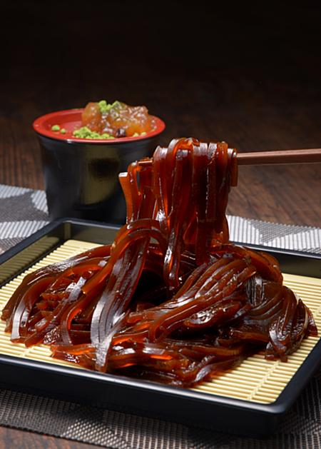 Mì soba cà phê ăn bằng đũa theo cách truyền thống của người Nhật giống như soba lạnh. Ảnh: soranews24.