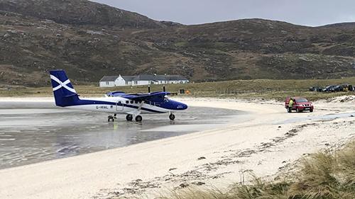 Máy bay hạ cánh trên đường bay là bãi cát tự nhiên. Ảnh: CNN.