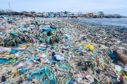 Rác nhựa trên bãi biển thuộc huyện Tuy Phong, Bình Thuận. Ảnh: Lekima Hung.
