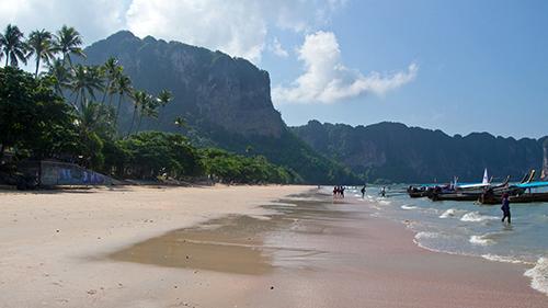 Bãi biển Ao Nang, nơi các du khách có hành vi khiếm nhã. Ảnh: Home is where your Bag is.