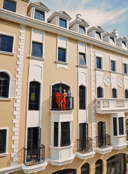 Không ngạc nhiên nếu ai đó lầm tưởng Shophouse Europe với dãy phố mua sắm hào nhoáng đã trở thành biểu tượng xa xỉ ở Paris. Sự sang trọng, tinh tế của những ban công chạy dọc theo đại lộ ánh sáng tựa như hình ảnh từng xuất hiện trong các bộ phim kinh điển của thế kỷ 19.