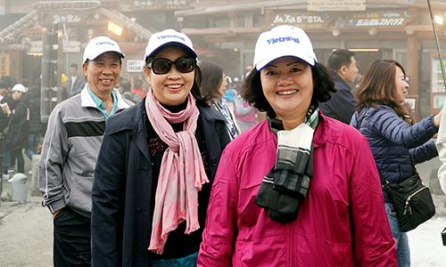 Mũ phát cho khách đi tour thường được chọn màu sáng, bắt mắt để dễ nhận biết. Ảnh: Vietravel.