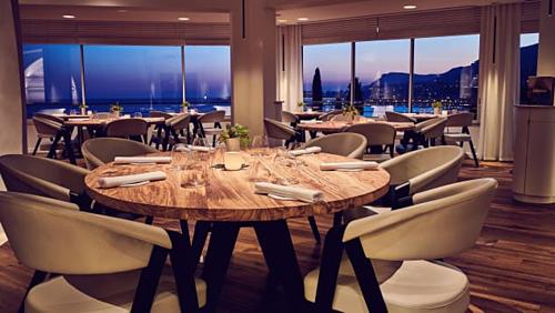 Nhà hàng có tầm nhìn ra biển Địa Trung Hải, những ngọn núi và bến cảng sầm uất, nhiều du thuyền. Ảnh: CNN.