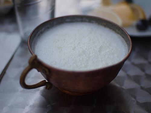 Để làm được một lượng Ariag cho cả gia đình, người Mông Cổ phải sử dụng sữa của 10 con ngựa cái, hàng ngày phải lắc đều hàng nghìn lần để sữa không quá đặc, cũng không quá lỏng. Ảnh:On the Gas.