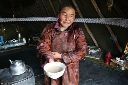 Hè đến, thời tiết nóng nực, người dân sẽ thưởng thức loại thức uống mang tên Hyaram (хярам). Đây là sự kết hợp giữa nước,sữa kèm theo một chút muối. Với hương vị ngọt nhẹ, đây là thức uống được người dân Mông Cổ yêu thíchnhất mùa hè vàngon nhất khi uống lạnh. Ảnh: Pascal Mannaerts.