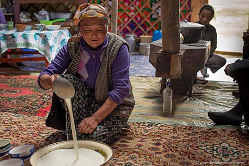 Người Mông Cổ tạo nên hương vị đặc trưng của trà sữa bằng cách đun sôi nước với trà và sữa tươi. Khi uống họ thường bỏ thêm một chút muối, bơ, hạt kê rang vào thức uống này. Mỗi mùa trà sữa lại